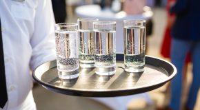 Woda pitna w restauracji – sprawdź, jak zoptymalizować koszty jej dostawy i zużycia